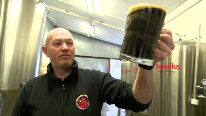 Granjero británico le da cerveza a su ganado