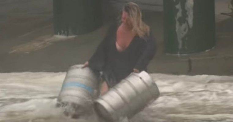 mujer arriesga vida salvar barriles cerveza