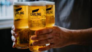 vasos de cerveza que se conectan para poder llevarlos fácilmente