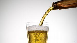 cómo servir una cerveza