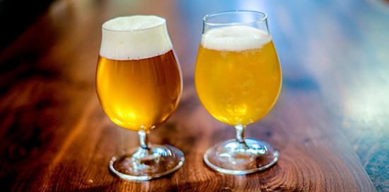 beber cerveza en un vaso limpio