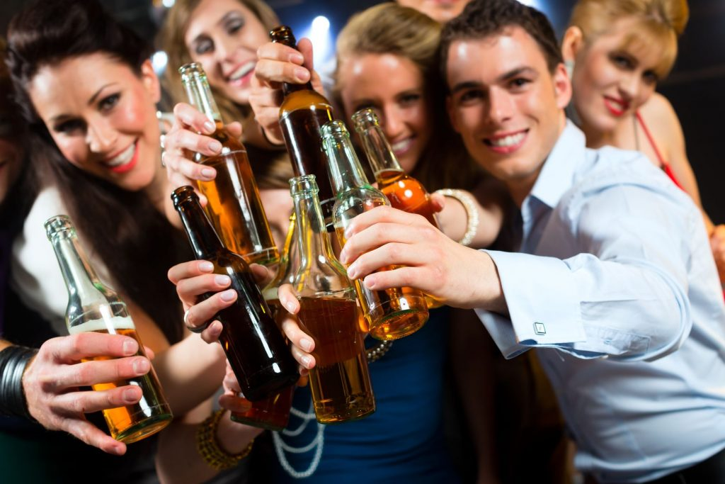 compañía pagará por beber cerveza