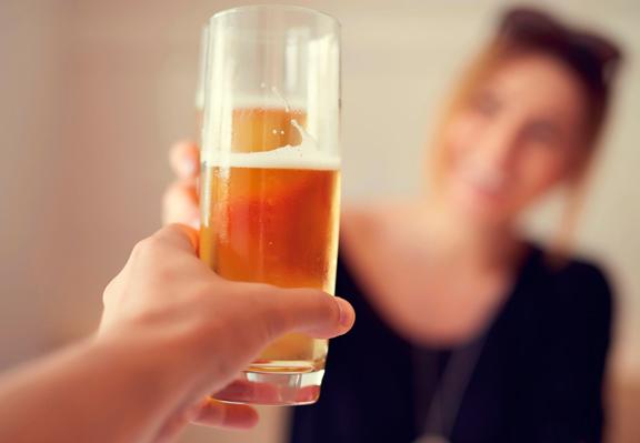 beneficios de beber cerveza