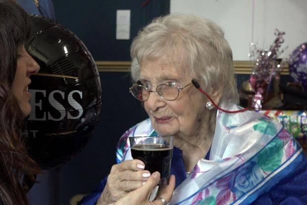 Mujer de 100 años atribuye su longevidad a la cerveza Guinness